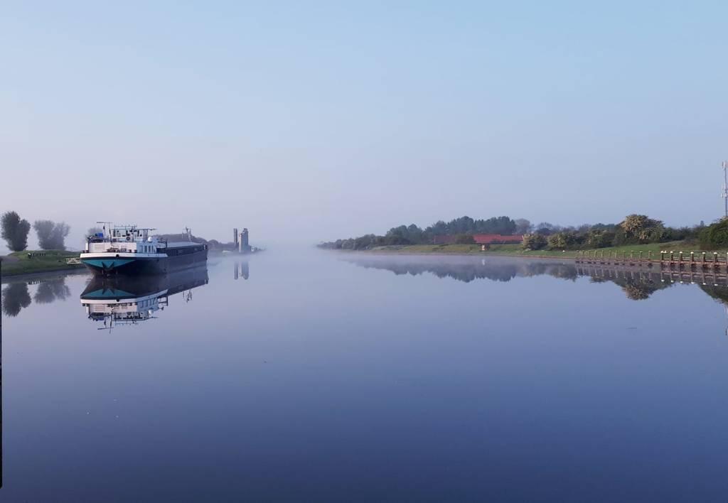 Een vroege lentemorgen in Arnemuiden - Piet Schroevers